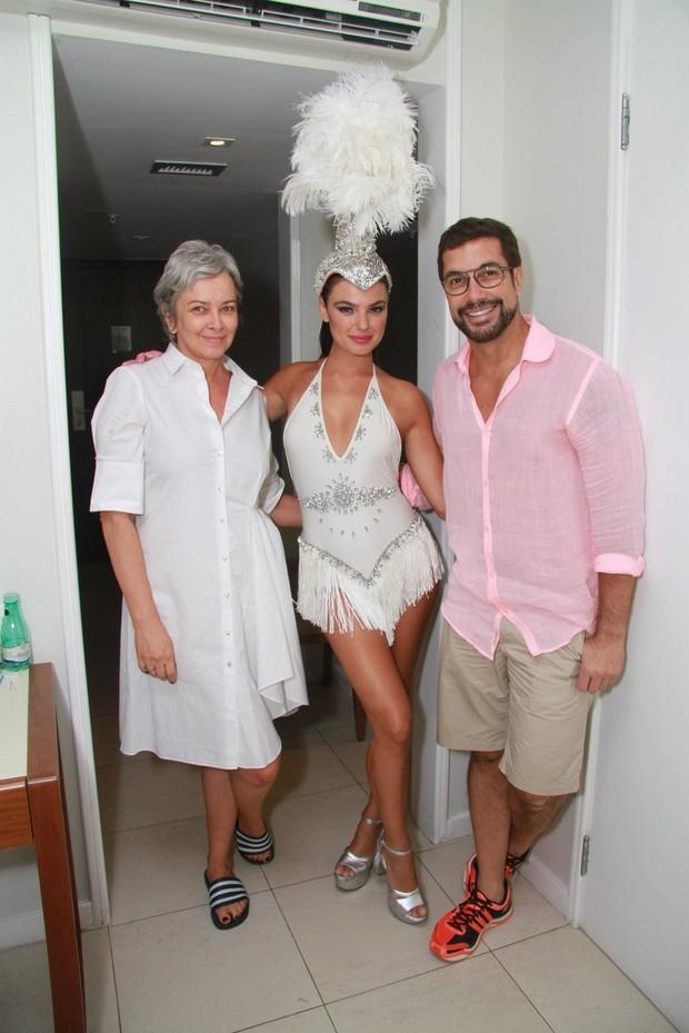 Isis Valverde, Patricia Assufa e o maquiador Fernando Torquatto  (Foto: Thiago Andrade/Ego)