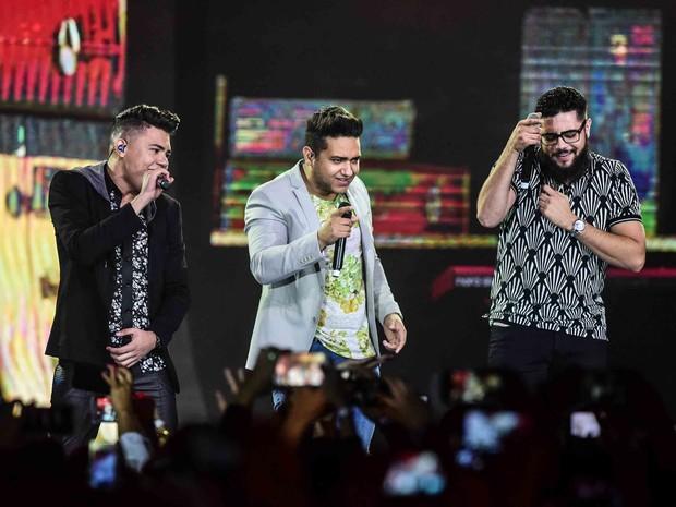 Felipe Araújo com Henrique e Juliano em show em Goiânia, Goiás (Foto: Leo Franco/ Ag. News)