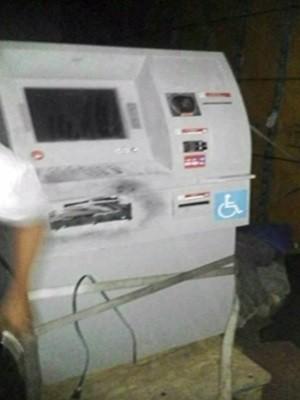 Caminhão roubado levava carga de caixas eletrônicos, em Goiás (Foto: Reprodução/TV Anhanguera)