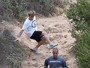Justin Bieber leva tombo durante corrida em trilha de pedras