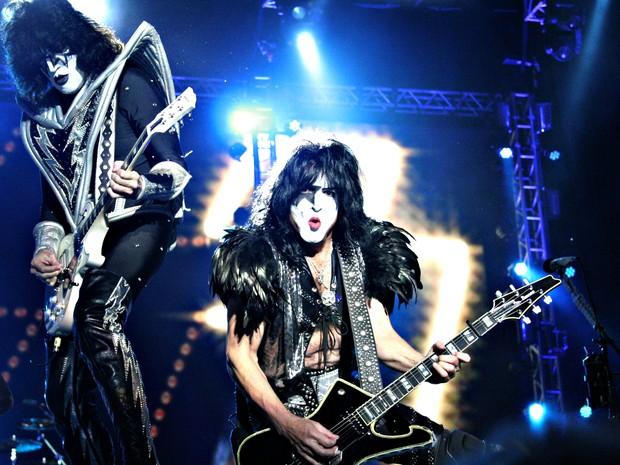 Paul Stanley e Tommy Thayer fazem solos durante show do Kiss em Brasília (Foto: Gustavo Schuabb/G1)