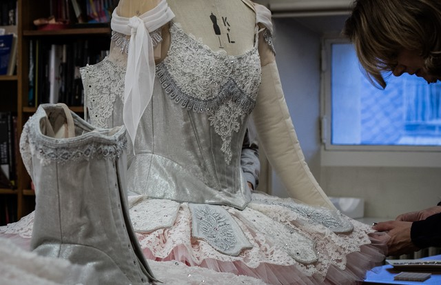 Applying Swarovski crystals to the lace by Maison Hallette for Lacroix's costumes for A Midsummer Night's Dream (Foto: ANN RAY)