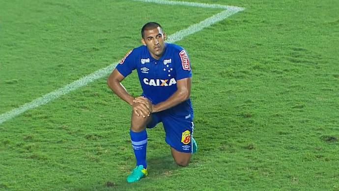 Ábila lamenta gol perdido no final do jogo (Foto: Reprodução / Premiere)