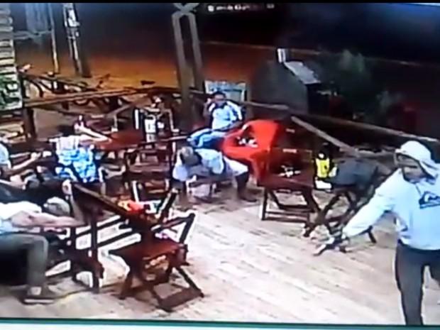 Vídeo mostra suspeitos de matar jovem de 25 anos em distribuidora Aparecida de Goiânia Goiás (Foto: Reprodução/TV Anhanguera)