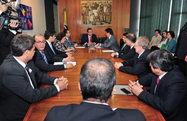O presidente da Câmara, Henrique Alves (ao fundo, de gravata vermelha), durante reunião com representantes do Ministério Público e poliiciais (Foto: Rodolfo Stuckert / Agência Câmara )