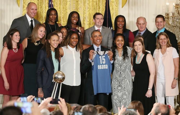 Barack Obama recebe as jogadoras do Minnesota Lynx na Casa Branca (Foto: Getty Images)