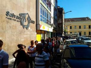 Estudantes enfrentam longa fila para revonar Salvador Card no Comércio (Foto: Ruan Melo/G1)