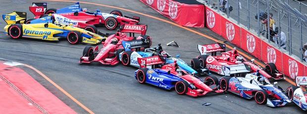 Indy - Tony Kanaan e Bia Figueiredo no acidente no fim da prova de São Paulo (Foto: Claudio Capucho / FotoArena)