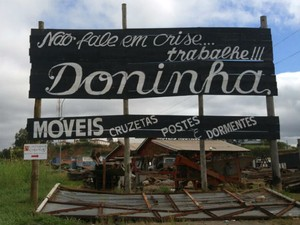 Frase citada por Temer está em placa de posto de combustíveis desativado em Mairinque (Foto: Jomar Bellini/G1)