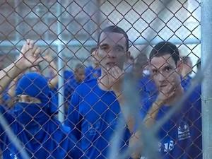 Detentos se aproximam da grade para conversar com negociadores (Foto: Reprodução/TV Sergipe)