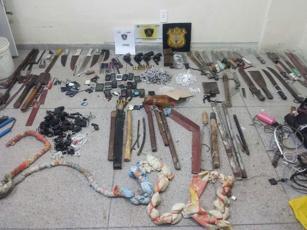 Facas, facões e inúmeras outras armas foram apreendidas na Penitenciária Barreto Campelo (Foto: Divulgação / Seres)