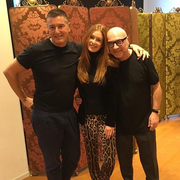 Marina Ruy Barbosa posa entre os estilistas Stefano Gabbana e Domenico Dolce (Foto: Reprodução Instagram)