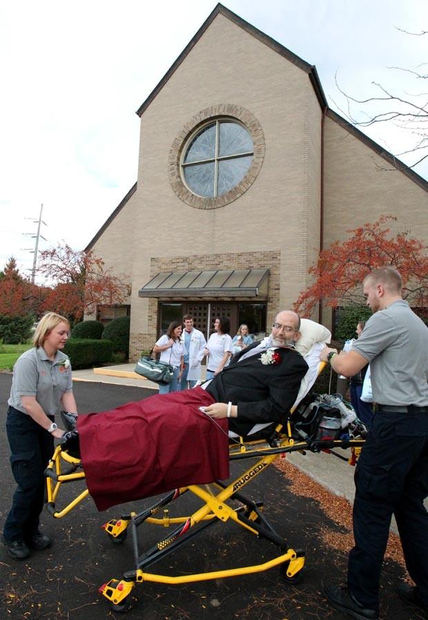 Uma equipe médica voluntária participou da operação que levou Scott Nagy até a igreja no casamento de sua filha. (Foto: AP Photo/The Plain Dealer, John Kuntz)
