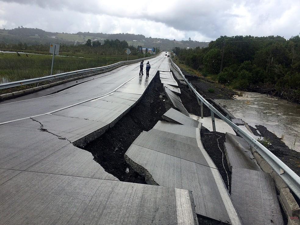Estrada é danificada neste domgino (25) após terremoto atingir Tarahuin, na ilha Chiloe, no Chile (Foto: REUTERS/Alvaro Vidal )