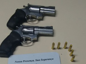 Armas que estavam com o vereador (Foto: Divulgação/Polícia Militar)