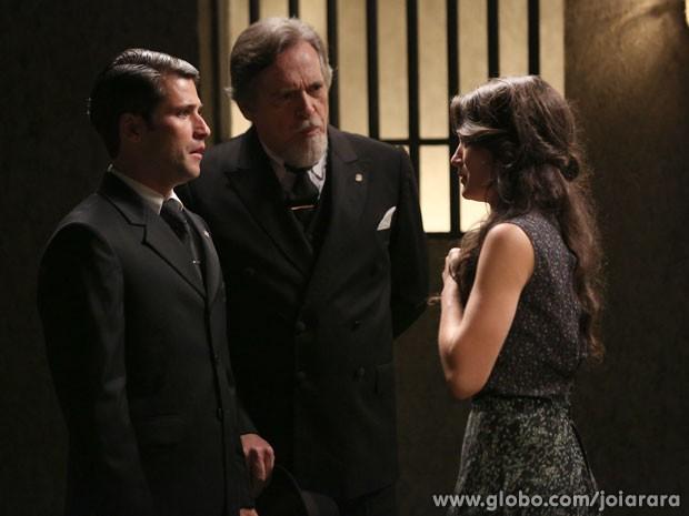 Para desespero de Amélia, Franz e Ernest vão à delegacia para buscar Pérola (Foto: Joia Rara/ TV Globo)