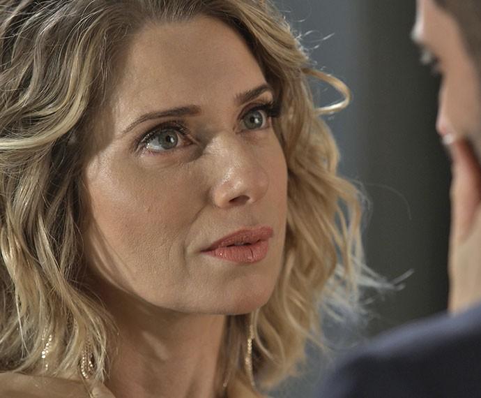 Sedutora, Soraya lembra o marido que eles são cúmplices em muita coisa (Foto: TV Globo)