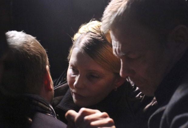 Yulia Tymoshenko é fotografada logo após ser libertada de prisão na Ucrânia neste sábado (22) (Foto: Reuters)