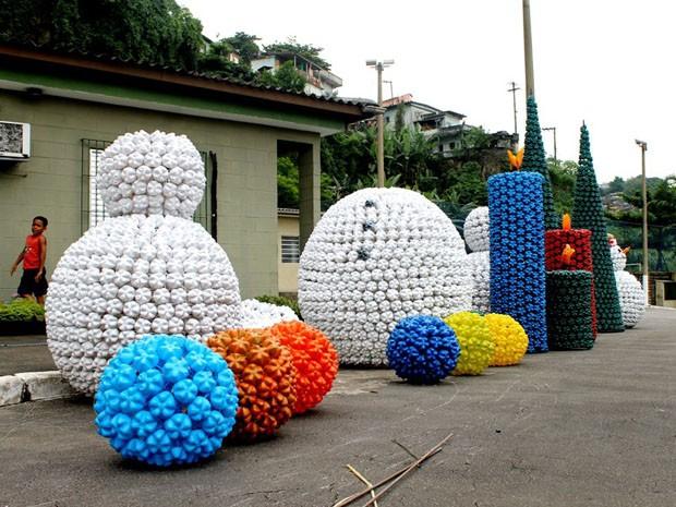 foi produzido com material reciclável pelos alunos das oficinas de