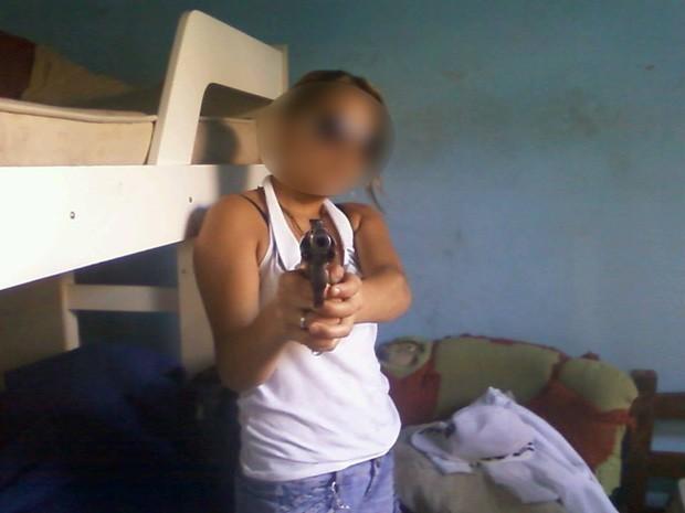 Menina de 14 anos apreendida em Andradas fazia apologia ao crime nas redes sociais (Foto: Reprodução Facebook)