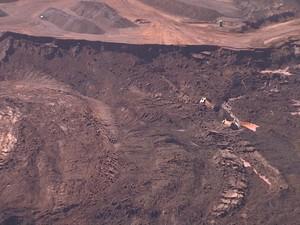 Caminhos ficam soterrados após rompimento de barragem em Itabirito (Foto: Reprodução / TV Globo)