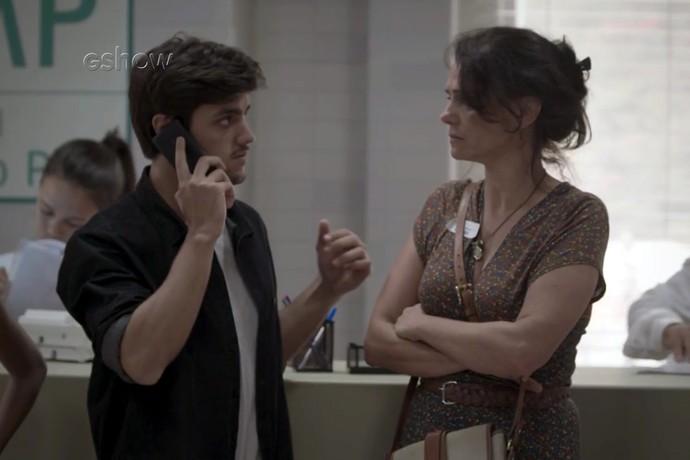 Jonatas recebe ligação mas não escuta nada (Foto: TV Globo)