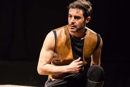 """Ricardo Tozzi em cena da tragédia grega 'Electra': """"Naquele tempo, era olho por olho, dente por dentre. Não podemos continuar entubando tudo"""" (Foto: Renato Mangolin)"""