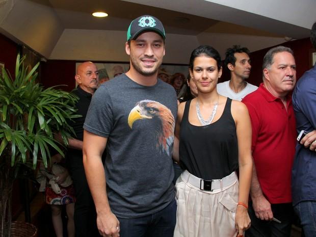 Rodrigo Andrade e amulher, Joyce Alvares, em pré-estreia de musical na Zona Sul do Rio (Foto: Alex Palarea/ Ag. News)