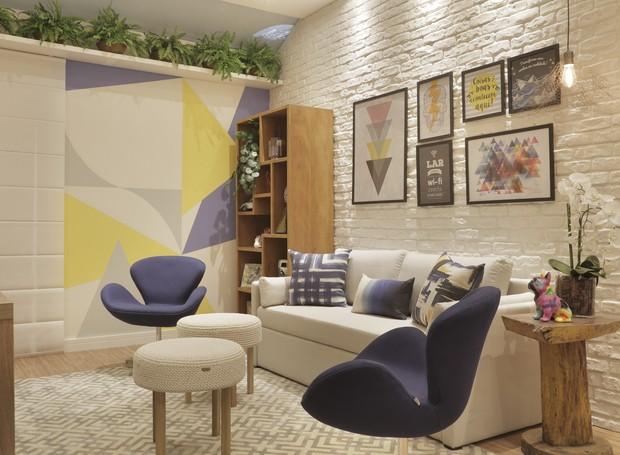 """""""Sala Multifuncional da Família"""", projetada por Cyntia Sabat é um ambiente onde os pais podem trabalhar e receber amigos. Neste espaço as crianças também tem vez: a diversão é garantida com uma estação de videogame integrada (Foto: Divulgação)"""