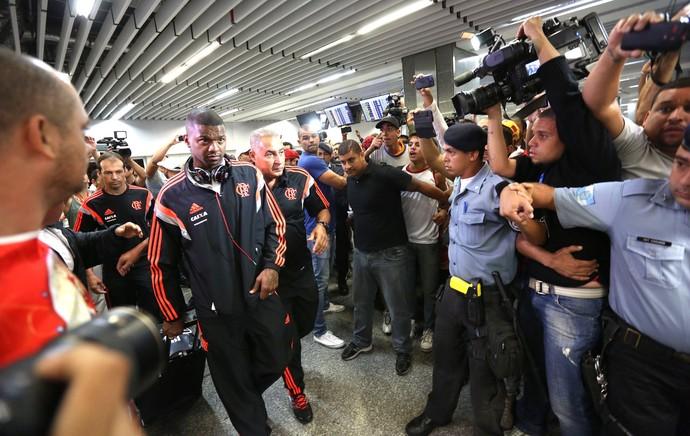 Felipe Desembarque Flamengo Galeão (Foto: André Durão)
