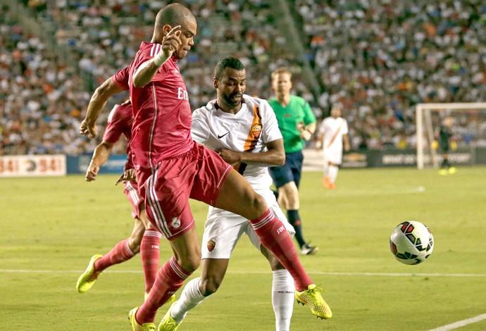 Pepe e Ashley cole Real Madrid e Roma (Foto: Agência AP)