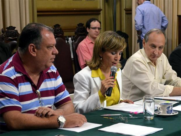 Dárcy Vera (ao centro) anuncia corte de gastos para se adequar à Lei de Resopnsabilidade Fiscal (Foto: Rodolfo Tiengo/G1)