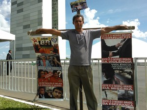 André Rhouglas, veio de Minas para a posse de Dilma para protestar contra corrupção, violência e miséria (Foto: Fábio Amato / G1)