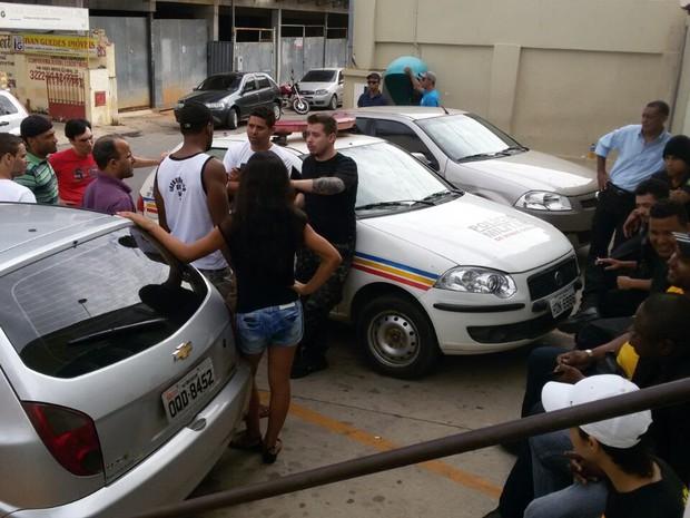 Lutadores e prestadores de serviço foram à delegacia afirmando serem vítimas dos organizadores. (Foto: Vinícius Matos/Inter TV)
