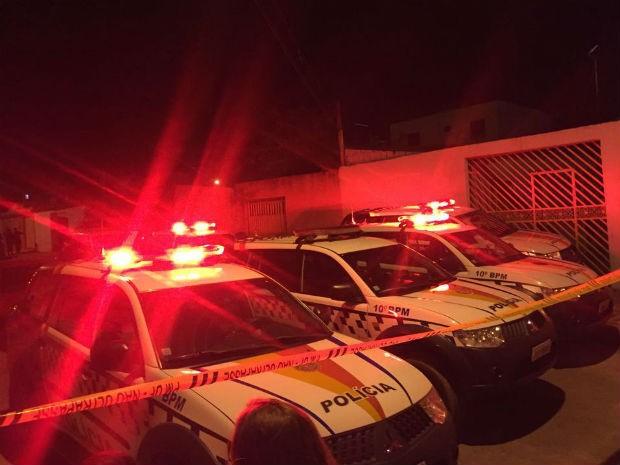 Carros da Polícia Militar isolam área para desarmamento de bombas em Ceilândia, no DF (Foto: Polícia Militar/Divulgação)