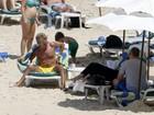 Após show no Rock in Rio, Rod Stewart vai à praia e dá confere em brasileira