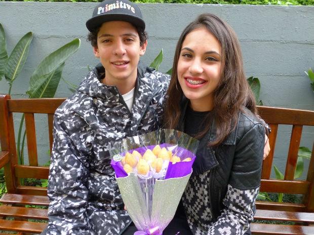 Evelin disse que adorou o presente dado pelo namorado Eduardo  (Foto: Adriana Justi/G1)