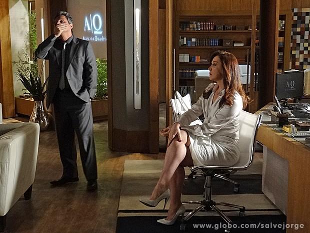 Stenio fica preocupado ao saber que Lívia exagerou em alguns detalhes no depoimento (Foto: Salve Jorge/TV Globo)