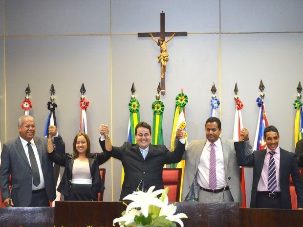 Membros da mesa diretora da Câmara de Vereadores comemoram a vitória da chapa (Foto: Marina Fontenele/G1 SE)