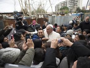 Papa faz visita-surpresa a comunidade pobre em Roma | Mundo | G1