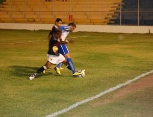 Soares, jogador do CSP, segura a bola no meio de dois zagueiros do Paraíba (Foto: Richardson Gray / Globoesporte.com/pb)