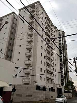 Prédio onde médico agrediu esposa e filha e depois saltou do 7º andar em Americana (Foto: Marcelo Ferri / EPTV)