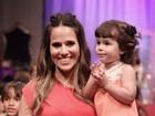 Fernanda Pontes desfila com a filha em evento