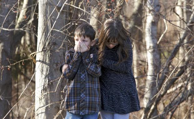 Crianças são amparadas após tiroteio na escola  Sandy Hook em Newtown, Connecticut (Foto: Michelle McLoughlin/Reuters)
