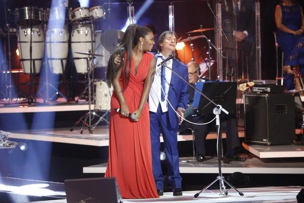 Ludmilla ganha carinho de Roberto Carlos em gravação (Foto: Francisco Silva/Ag News)