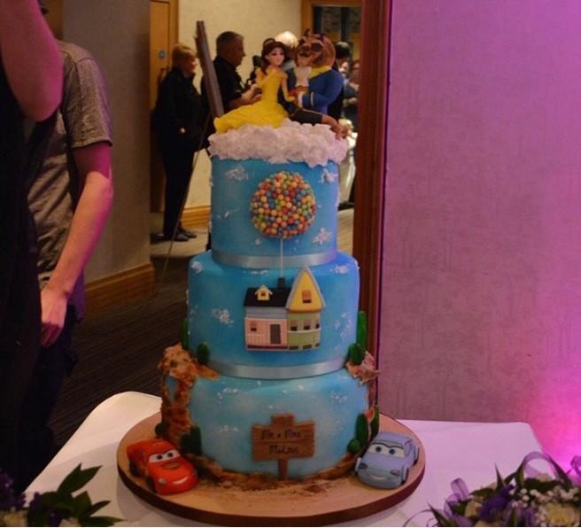 O bolo compartilhado por 'partridgeandbell' misturou personagens da Disney e da Pixar (Foto: Instagram)