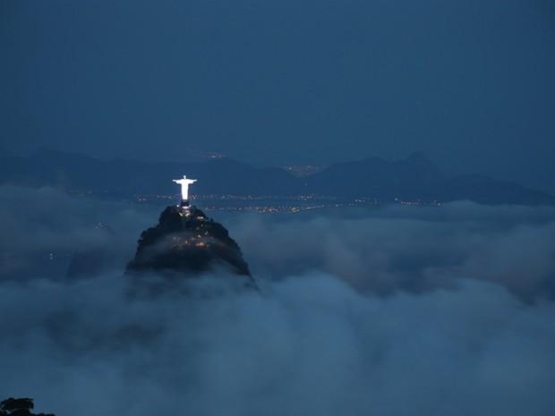Cartão postal: a estátua do Cristo Redentor sobre as nuvens no Corcovado (Foto: Marcos Estrella/TV Globo)
