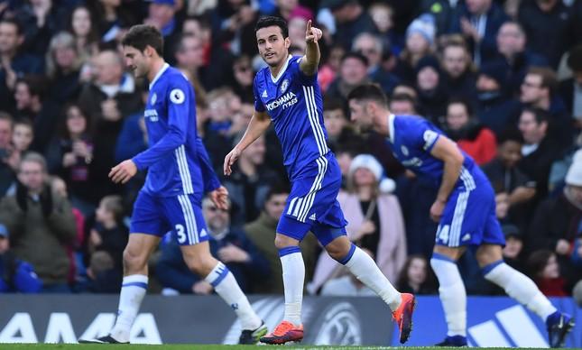 Pedro comemora o primeiro gol do Chelsea na partida