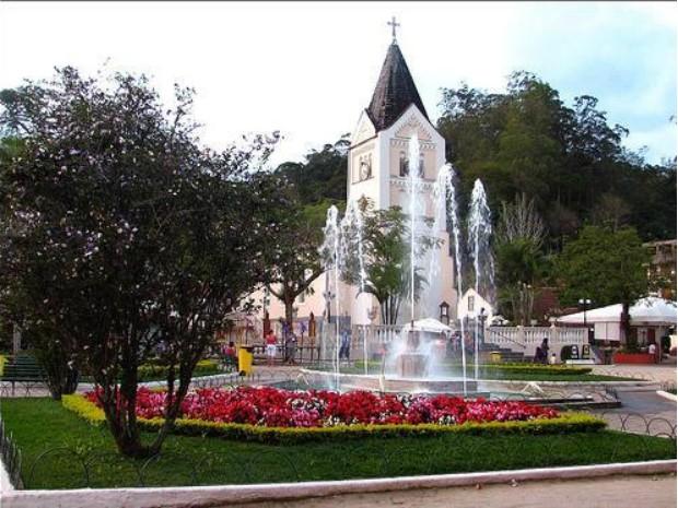 Igreja Luterana em praça de Domingos Martins representa tradição da religião alemã ainda presente nos descendentes (Foto: Divulgação/ Prefeitura de Domingos Martins)