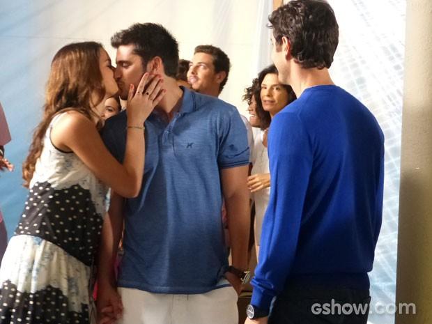 Nem aí, Luiza tasca um beijão no namorado na frente de Laerte  (Foto: Em Família/TV Globo)
